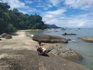 черный вулканический песок на пляже лангкави