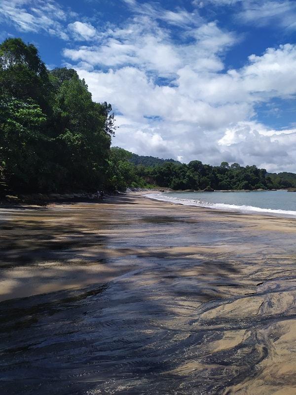 пляж на лангкави с черным песком