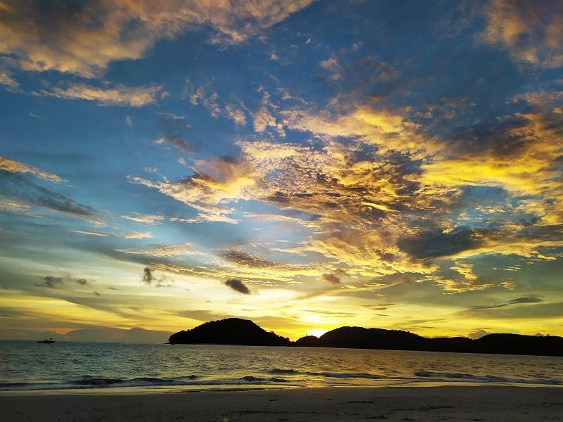 закат на пляже ченанг