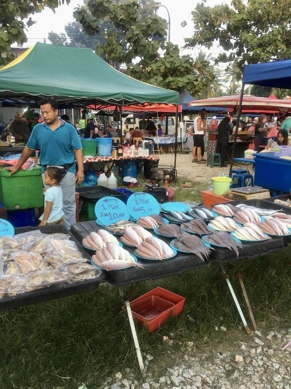 свежая рыба на рынке ланкгави