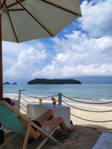 пляж на острове лангкави малайзия