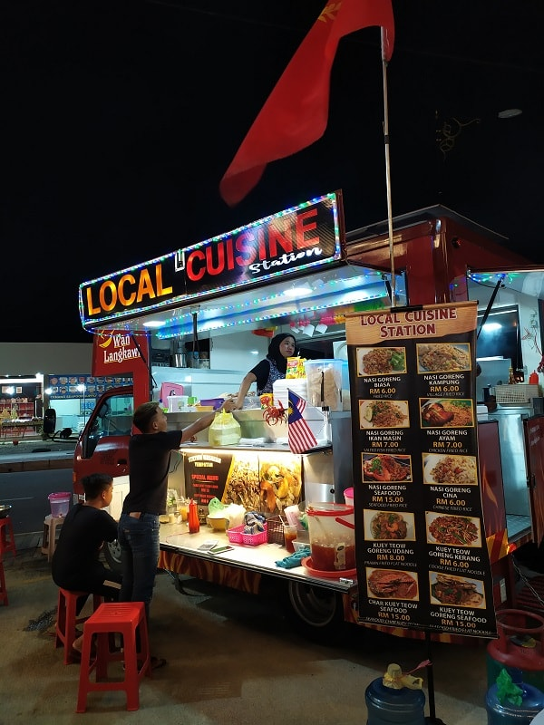 фудтраки с едой на лангкави